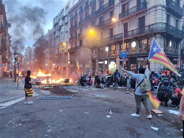 Manifestants a la Via Laietana de Barcelona que protesten als voltants de la Prefectura de la Policia Nacional contra la sentncia independentista