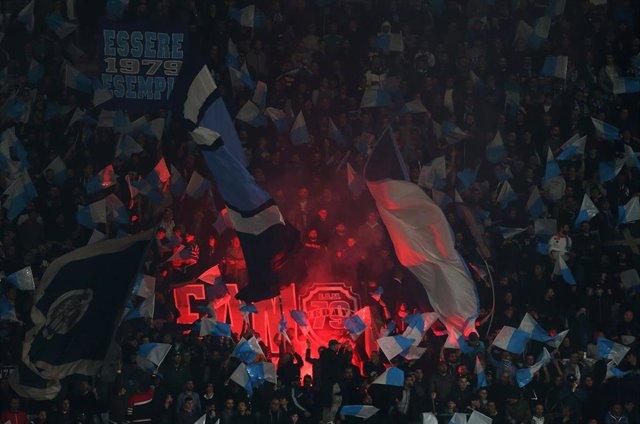 Grada con seguidores ultras del Nápoles.