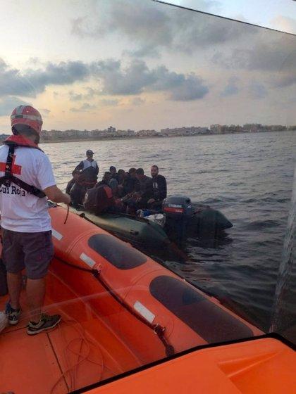Sucesos.- Rescatadas nueve personas en aguas del Estrecho y detectada una nueva patera en la zona