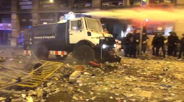 Camió amb canó d'aigua dels Mossos d'Esquadra
