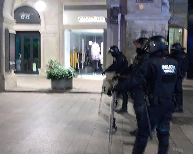 Cordón policial durante las protestas contra la sentencia del 1-O en Lleida