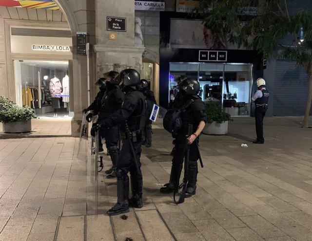 Agentes de policía durante la protesta contra la sentencia este viernes en Lleida