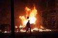Los Bomberos apagan en Barcelona las últimas hogueras tras los graves disturbios en la quinta noche de protestas