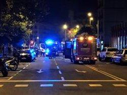 Els Bombers apaguen a Barcelona les últimes fogueres entorn de l'Arc de Triomf (EUROPA PRESS)