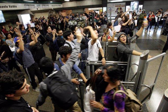 Protestas en Santiago de Chile por la subida del precio de los billetes de metro