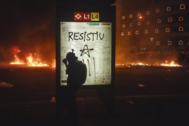 October 18, 2019 - Barcelona, Catalonia, Spain: Barricades, bonfires and launch of all kinds of objects. Tear gas, rubber bullets, foam projections and water cannon truck during the fifth night of riots in Barcelona. Provisional balance: 33 arrests and 90 injured persons attended by the SEM. The emergency services of the health facilities of the center of Barcelona are full of people with injuries due to the impact of projectiles and fractures by blow. Catalans are protesting harsh prison sentences imposed on the their leaders advocating autonomy for Catalonia. (Gian Marco Benedetto/Contacto)