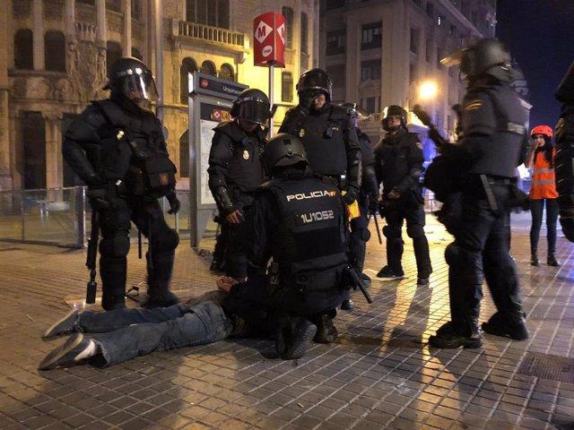 La Policia Nacional detenint un manifestant.