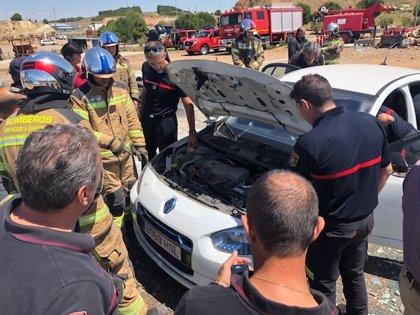 Los bomberos de la Diputación de Zaragoza se forman sobre cómo actuar en accidentes de coches eléctricos