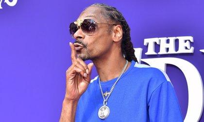 Snoop Dogg paga 50.000 dólares a un asistente personal para que le líe porros
