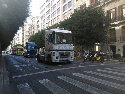 """Transportistas del Puerto marchan por València en sus vehículos contra la """"precarización"""" y para pedir """"trabajo digno"""""""