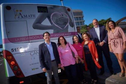 Las guaguas y el tranvía de Tenerife se 'tiñen' de rosa por el Día Mundial contra el Cáncer de Mama