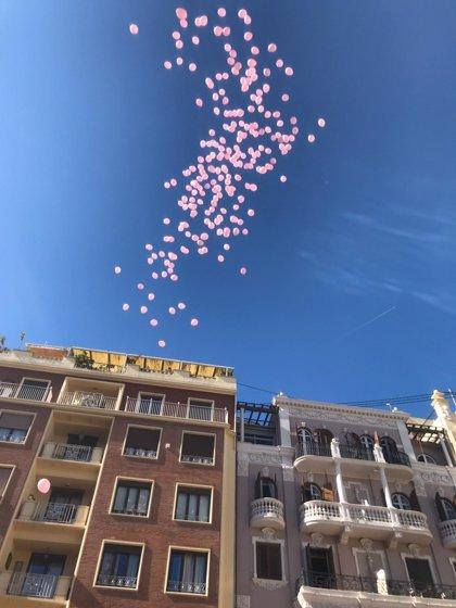 """AECC lanza """"globos de esperanza"""" en València para homenajear a las personas que """"dan la cara"""" ante el cáncer de mama"""