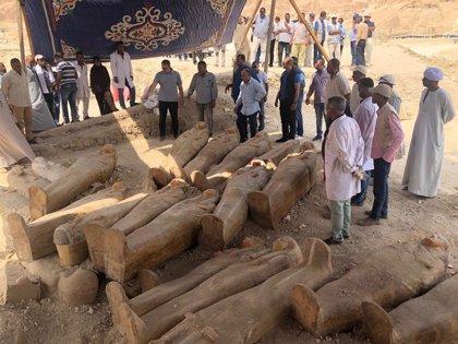 Descubiertos una treintena de sarcófagos con momias de 3.000 años en la necrópolis egipcia de Al Asasif