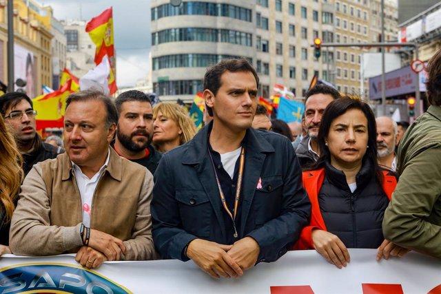 El president de Ciudadanos, Albert Rivera, vas agafar a la manifestació convocada per Jusapol per a l'equiparació salarial, a Madrid (Espanya) a 19 d'octubre de 2019.