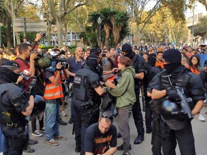 Los Mossos registran en Barcelona a quienes acceden al lugar de la concentración