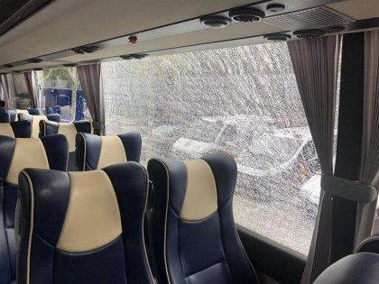 Un aficionado destroza una luna del autobús del Leganés en su llegada a Getafe