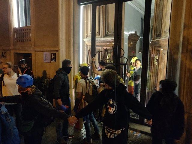 Manifestantes en Barcelona, sanitarios y un hotel colaboran para atender heridos en la plaza Urquinaona, en los disturbios contra la sentencia del proceso independentista