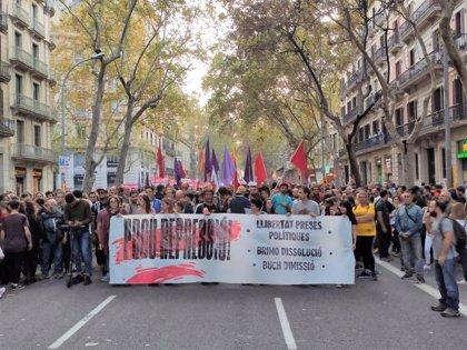 """Miles de personas se manifiestan en Barcelona pacíficamente contra la """"represión"""" y contra Buch"""