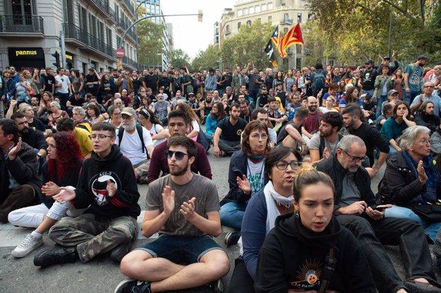 Manifestants a l'entorn de la plaça Urquinaona en la sisena jornada de protestes a Barcelona contra la sentència del Suprem pel 'procés' a 19 d'octubre de 2019