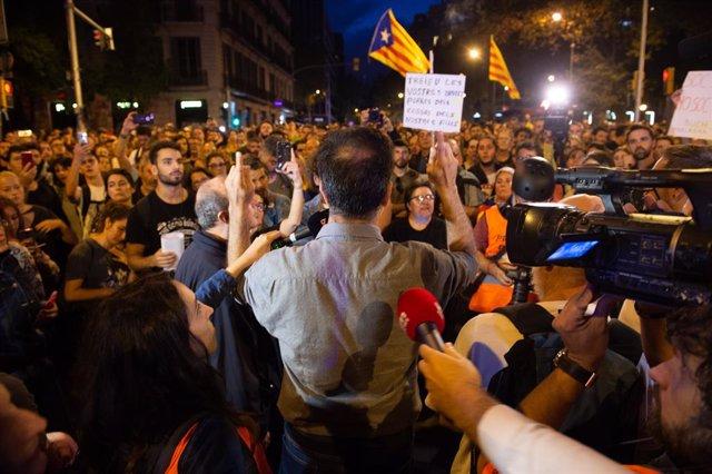 Un manifestant llegeix un comunicat a l'entorn de la plaça Urquinaona en la sisena jornada de protestes a Barcelona contra la sentència del Suprem pel 'procés', a Barcelona a 19 d'octubre de 2019.