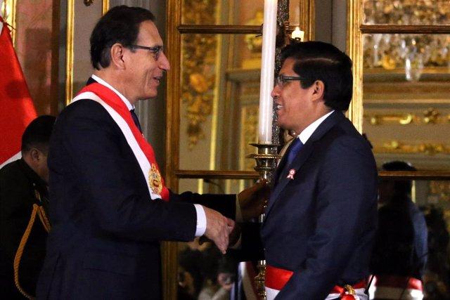 El presidente y el nuevo primer ministro de Perú, Martín Vizcarra y Vicente Zeballos, respectivamente