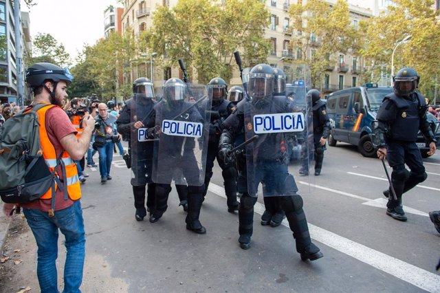 Manifestantes a la plaça Urquinaona.