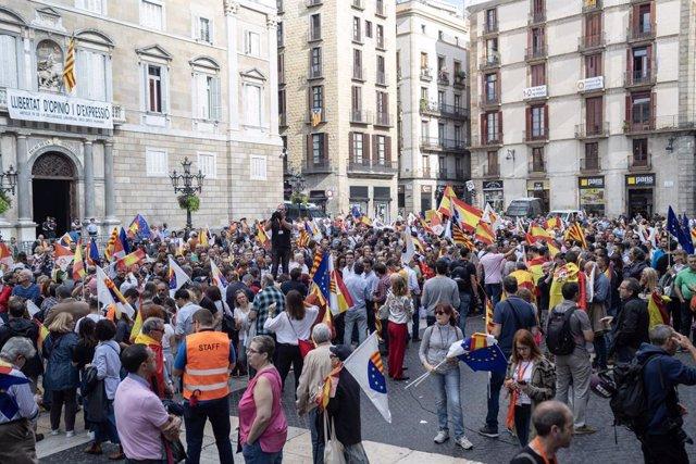 Assistents a la concentració sota el lema 'Ja n'hi ha prou! Justícia i convivència', a Barcelona (Catalunya) el 20 d'octubre de 2019.