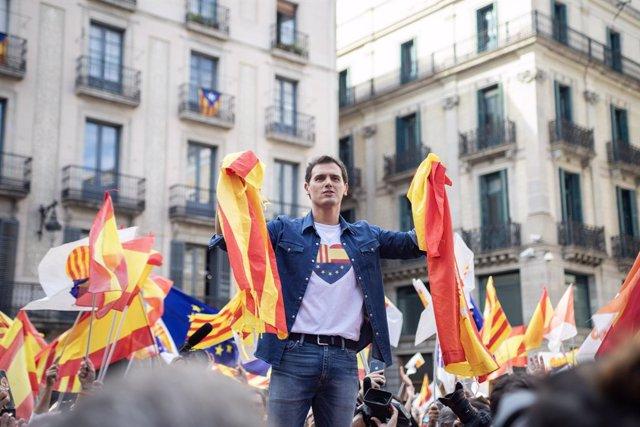 El president de Ciudadanos, Albert Rivera, amb dues banderes espanyoles a la concentració sota el lema 'Ja n'hi ha prou! Justícia i convivència', a Barcelona (Catalunya) el 20 d'octubre de 2019.