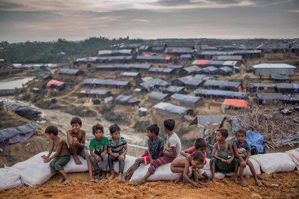 Bangladesh ultima el desplazamiento de 100.000 refugiados rohingya a una isla en peligro de inundación