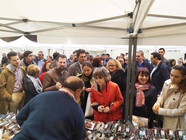 La ministra de Sanidad, Consumo y Bienestar Social en funciones, María Luisa Carcedo, visita la Feria de la Alubia de Saldaña (Palencia)