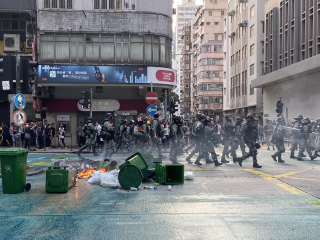 20 October 2019, China, Hong Kong: Riot police clash with protesters, following a protest against the government. Photo: Jörn Petring/dpa