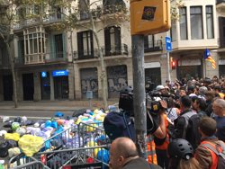 Unes 1.000 persones llancen bosses d'escombraries prop de la Delegació del Govern a Barcelona (EUROPA PRESS)