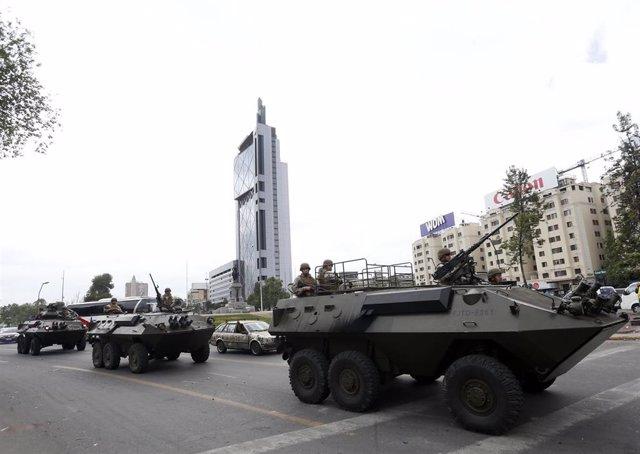 Tanquetas militares en la plaza de Italia de Santiago de Chile después del día de toque de queda