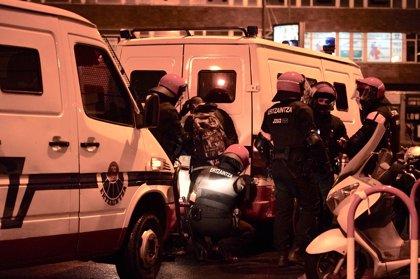 Un total de 18 detenidos y dos ertzainas heridos  en  la protesta por el mitin de Vox en Bilbao