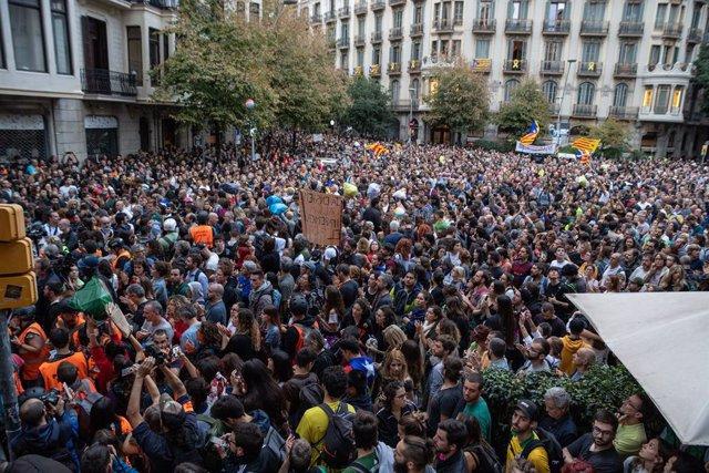 Concentració enfront de la Delegació del Govern en la setena jornada de protestes a Barcelona contra la sentència del procés a 20 d'octubre de 2019