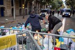 Unes 150 persones segueixen concentrades pacíficament a Barcelona prop de la Delegació (Marc Brugat - Europa Press)
