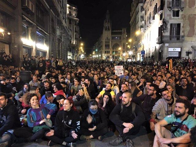 Milers de persones davant la Prefectura de Policia de Barcelona, en el setè dia de protestes arran de la sentència de el 1-O.