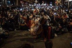 Un miler de persones segueixen concentrades a Barcelona davant la Prefectura de Policia (Marc Brugat - Europa Press)