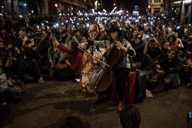 Concentració enfront de la Prefectura de Policia en la setena jornada de protestes a Barcelona contra la sentència del procés a 20 d'octubre de 2019
