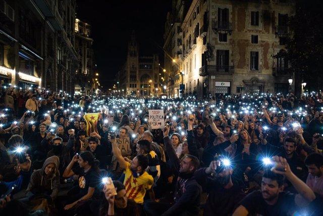 Concentració enfront de la Prefectura de Policia en la setena jornada de protestis a Barcelona contra la sentència del procés a 20 d'octubre de 2019