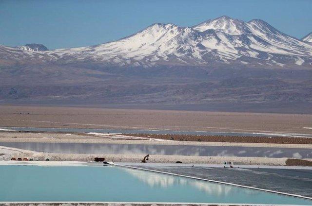 Pozo de salmuera de una mina de litio en Chile