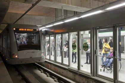 La plantilla del metro de Sevilla protesta este lunes en la Puerta de Jerez a cuenta de los dos despidos