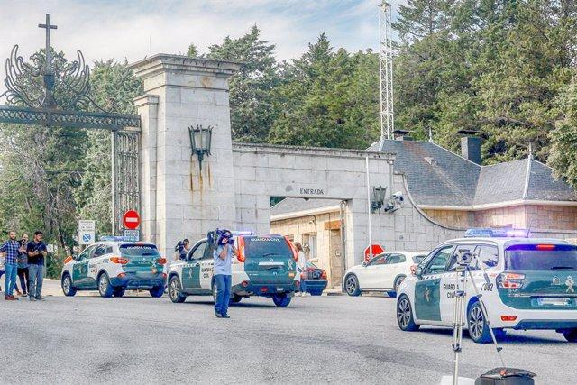 Diversos vehicles de la Guàrdia Civil entren al Valle de los Caídos després del seu tancament.