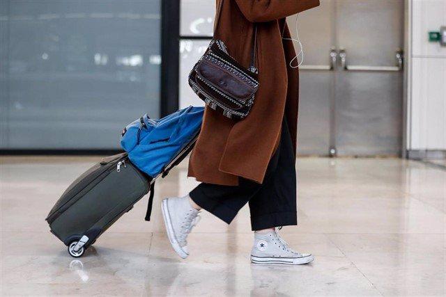 Una mujer en un aeropuerto