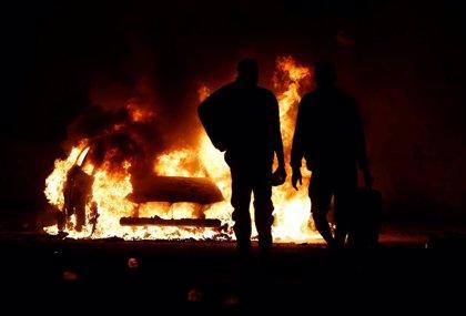 Migrantes hieren a un agente y queman varios vehículos en altercados en un centro de detención en Malta