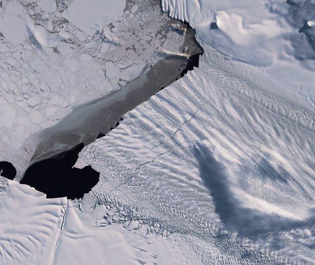 Nuevas grietas kilométricas en una arteria de hielo de la Antártida