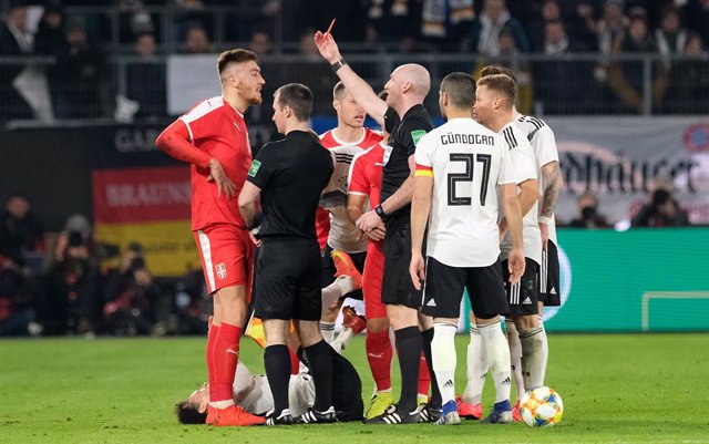 Fútbol/Champions.- Bobby Madden arbitrará el Slavia-Bara y Deniz Aytekin, el Li