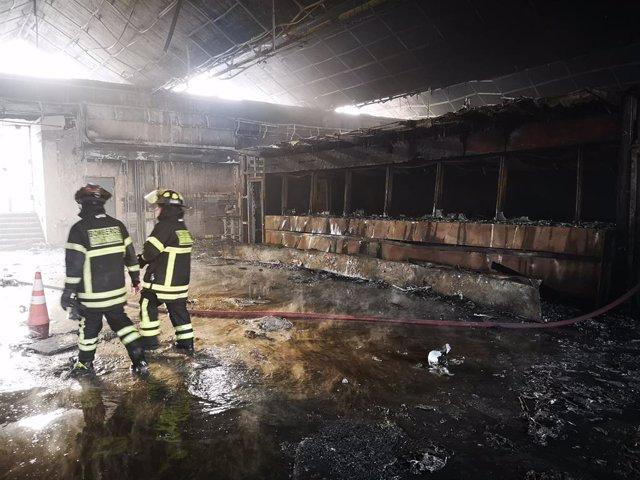 Bombers en un incendi durant les protestes a Santiago de Xile