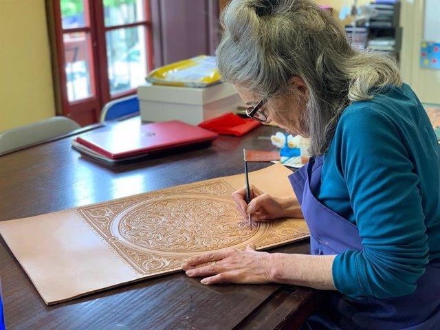 Munira Mendonça, artesana nacida en EEUU, en su taller de Granada capital