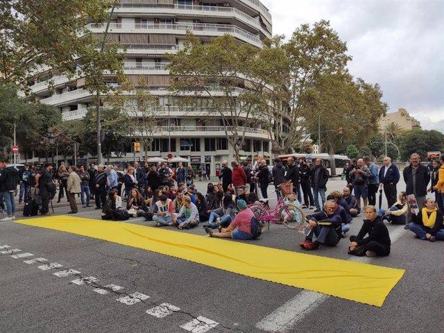 Un centenar de persones tallen la Gran Via després de protestar contra els Mossos davant la Conselleria d'Interior